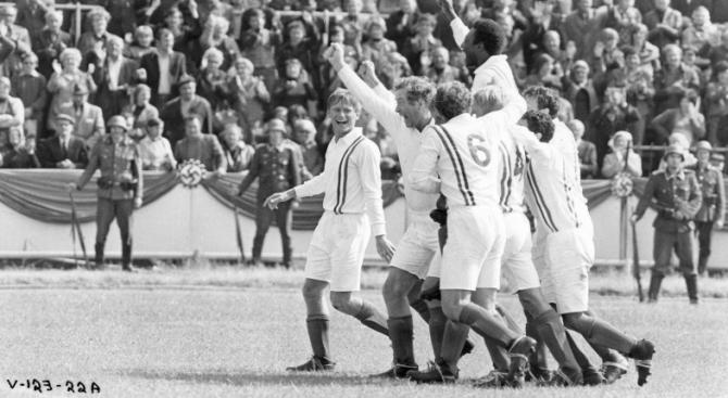 Pelé, Michael Caine