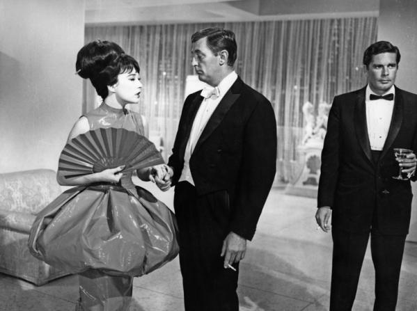 Shirley MacLaine, Robert Mitchum