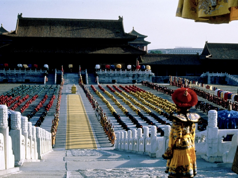 La celebracion tras la reunion. El futuro de ambas tierras.  Last-emperor-1987-001-young-emperor-inspecting-regiments-on-square-00n-1b9-1000x750