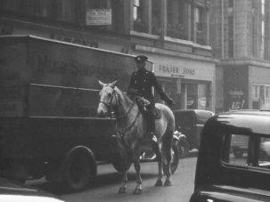 20 striking snapshots of bustling Glasgow life 80 years ago - image