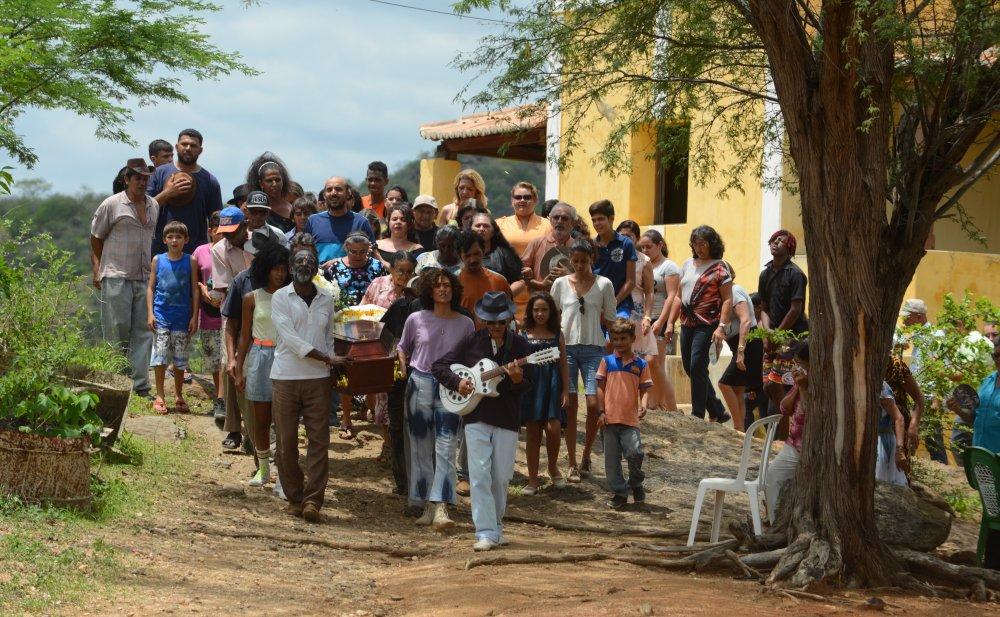 bacurau-2019-010-village-procession-man-with-guitar-ORIGINAL.jpeg (1000×617)