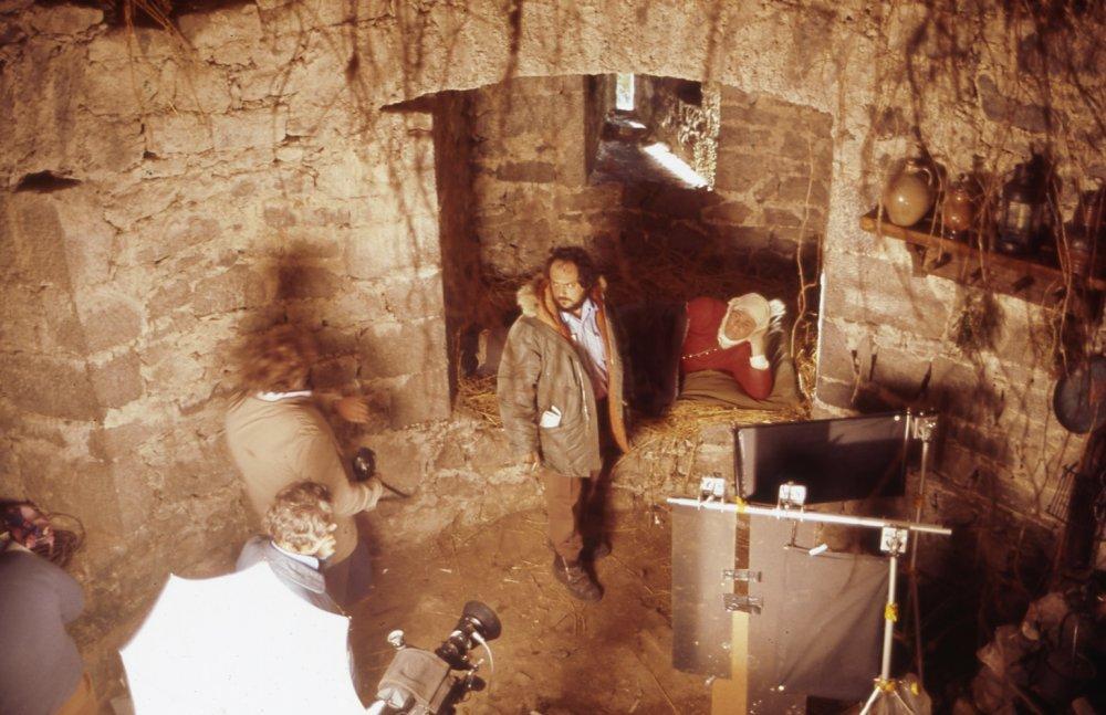 Kubrick setting up a shot with Ryan O'Neal
