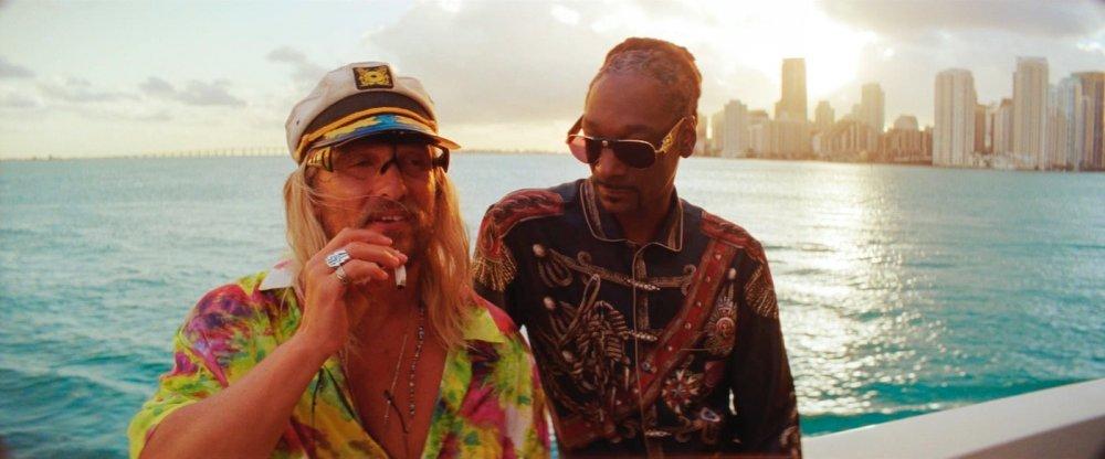 Мэтью МакКонахи в роли Moon Dog с Snoop Dogg в нижнем белье в The Beach Bum