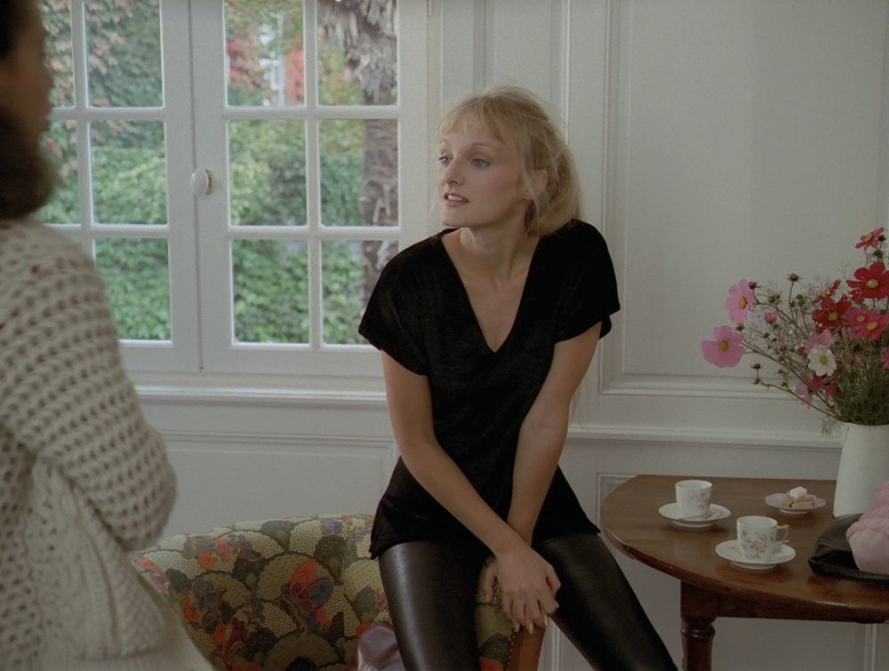 As the protagonist's beautiful best friend Clarisse in 1982's A Good Marriage, actor Arielle Dombasle is very on trend with these shiny black leggings. Effortless style