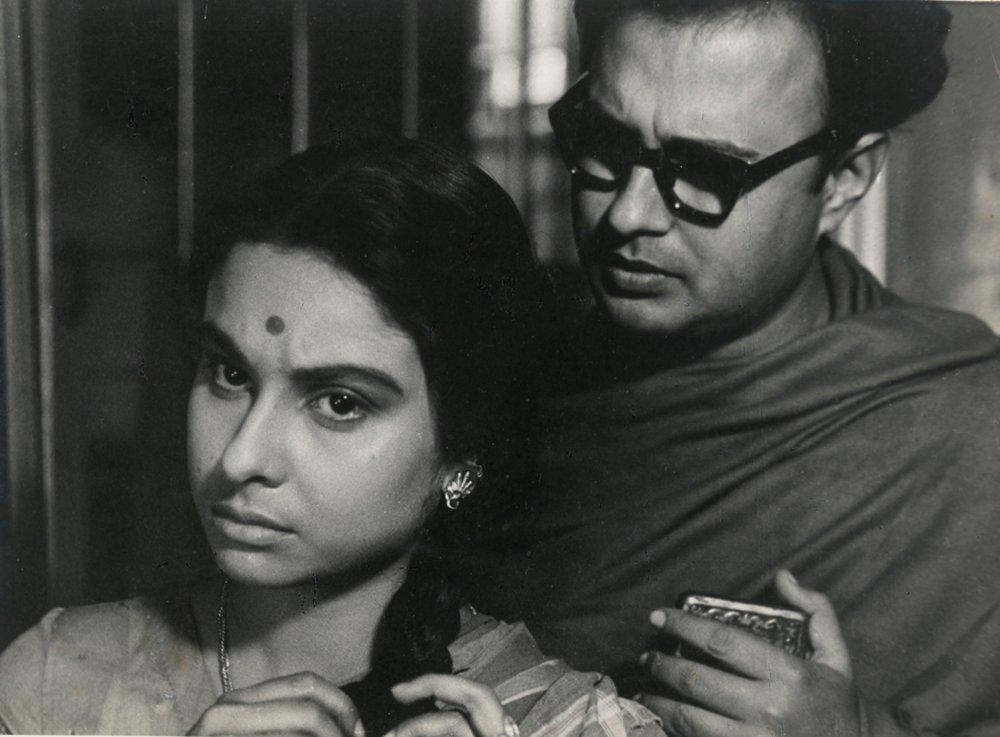 Madhabi Mukherjee and Anil Chatterjee in The Big City (1961)