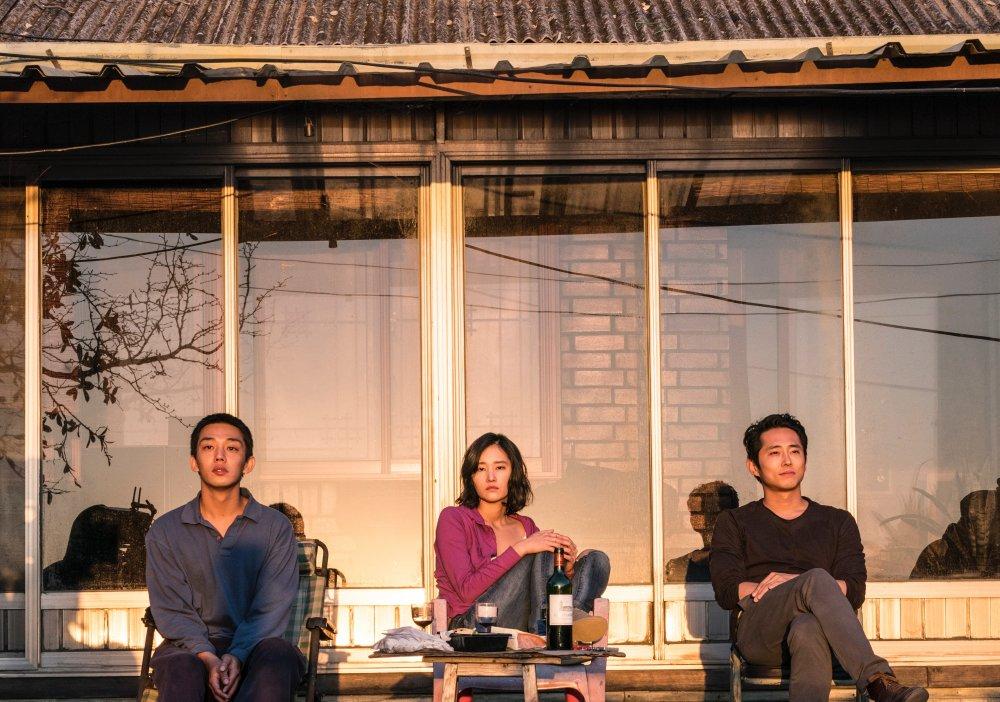 Yoo Ahin as Lee Jongsu, Jun Jongseo as Haemi and Steven Yeun as Ben in Burning