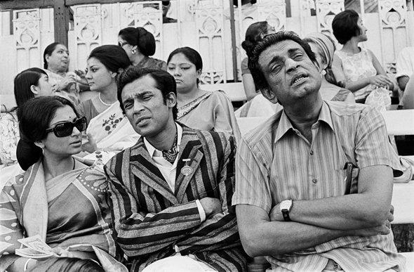 Ray directing Sharmila Tagore and Barun Chanda for Company Limited (1971)