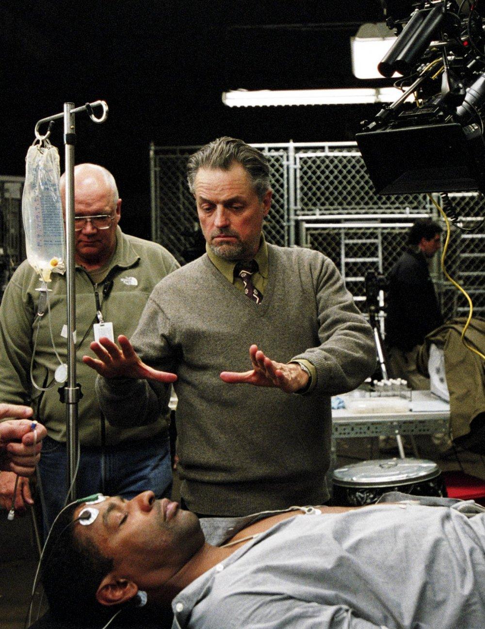 Jonathan Demme directing Denzel Washington on the set of The Manchurian Candidate (2004)