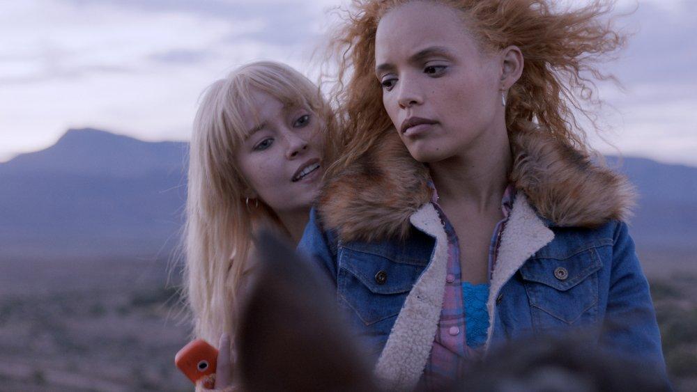 Izel Bezidenhout as Poppie and Nicole Fortuin as Natalie Jonkers in Flatland