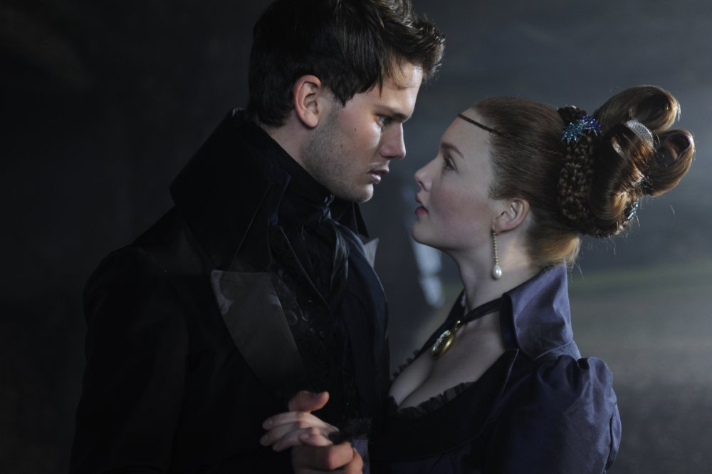 Pip (Jeremy Irvine) and Estella (Holliday Grainger)