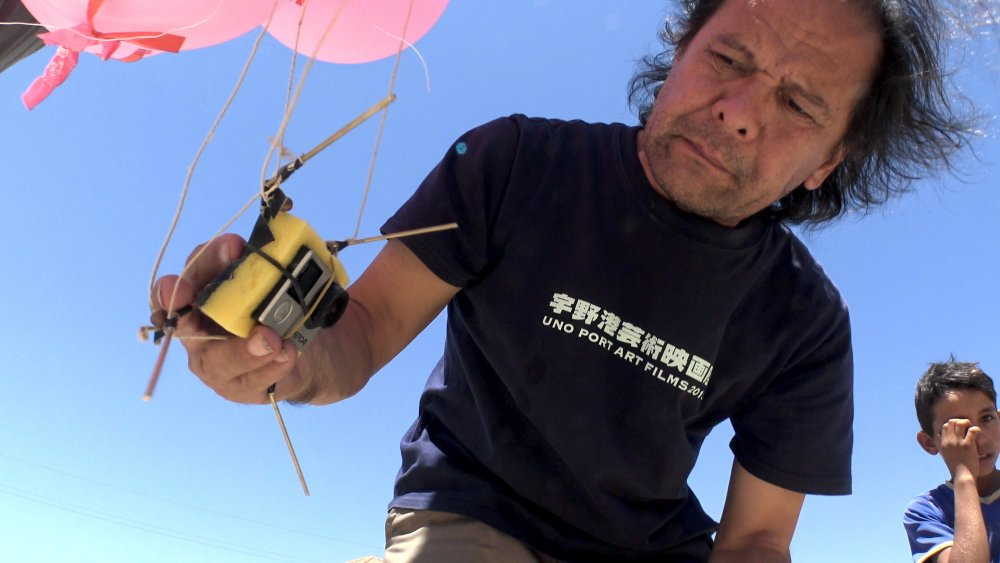 Leonard Retel Helmrich launching an improvised balloon camera while shooting The Long Season (2017)