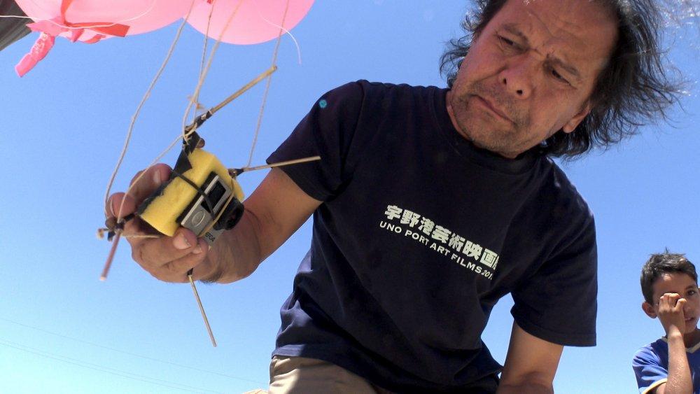 Leonard Retel Helmrich launching an improvised balloon camera while shooting The Long Season (2017)