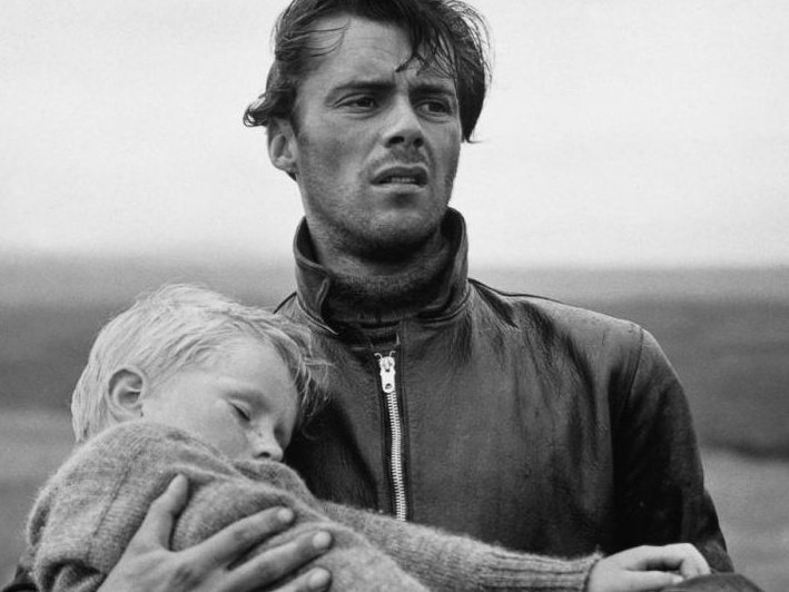 F3-5 * 281 Robin Wright Penn vs 294 Dirk Bogarde Hunted-1952-001-dirk-bogarde-with-boy-in-his-arms