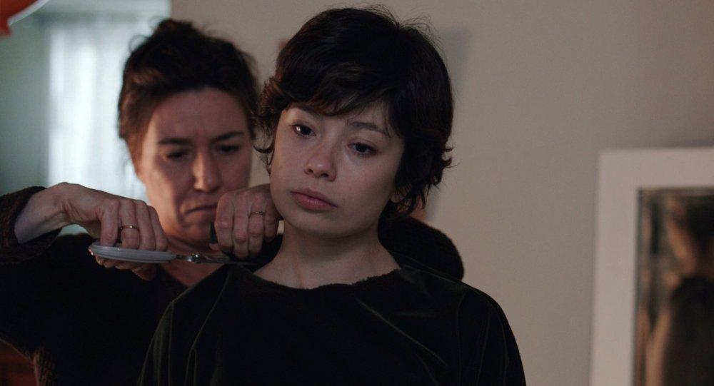 Lola Dueñas as Estrella and Anna Castillo as Leonor