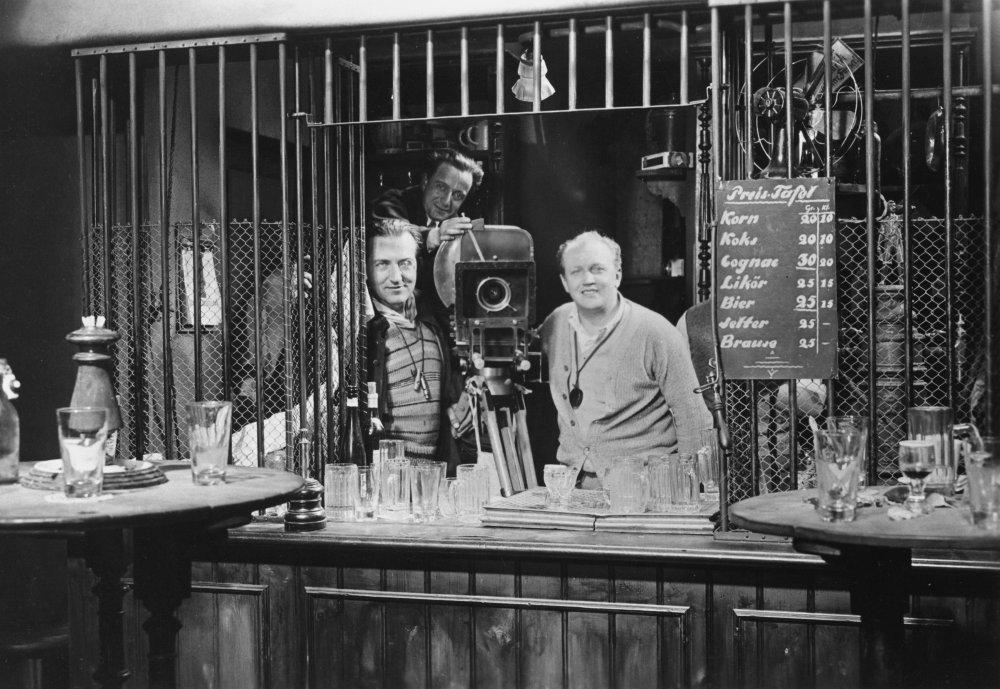 """m by fritz lang M es la primera película sonora que dirige fritz lang, un director consagrado, autor de """"metropolis"""" (1927) a través de un intenso entramado de luces y sombras."""