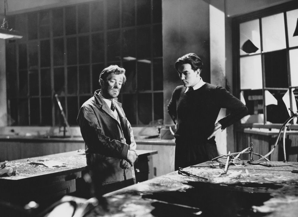 Alexander Mackendrick (right) directs Alec Guinness in The Man in the White Suit (1951)