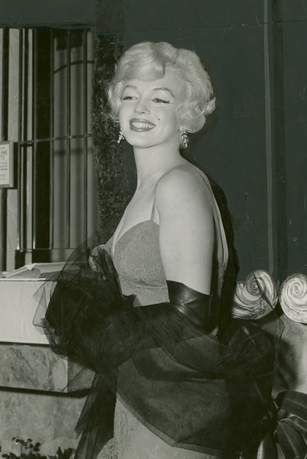 Publicity still of Marilyn Monroe attending the Hollywood premiere of Gigi in 1957