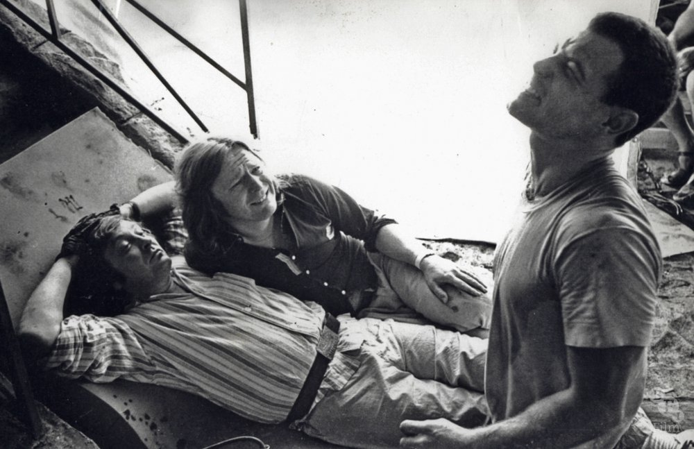 A repulsed-looking Alan Parker and camera operator John Stanier watch as actor Brad Davis spits out the infamous tongue in Midnight Express