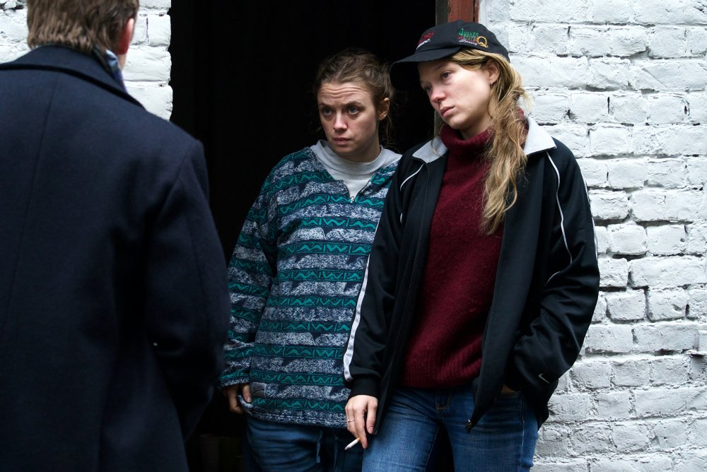 Sara Forestier as Marie and Léa Seydoux as Claude in Oh Mercy!