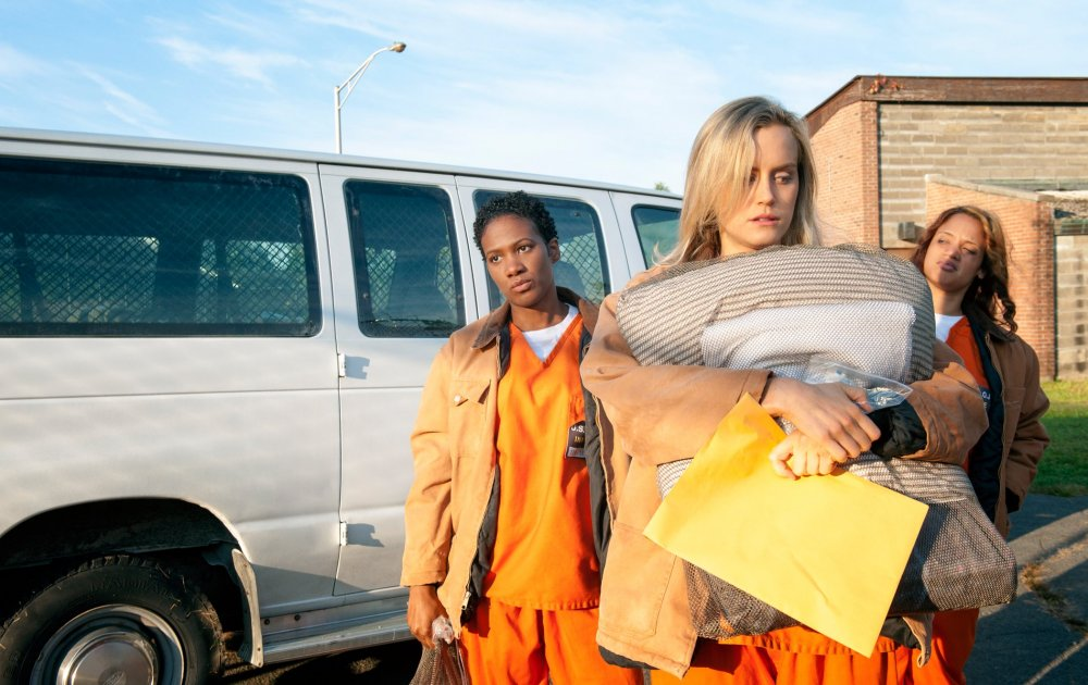 Piper (Taylor Schilling) arrives at Litchfield penitentiary at the beginning of Orange Is the New Black (2013-)