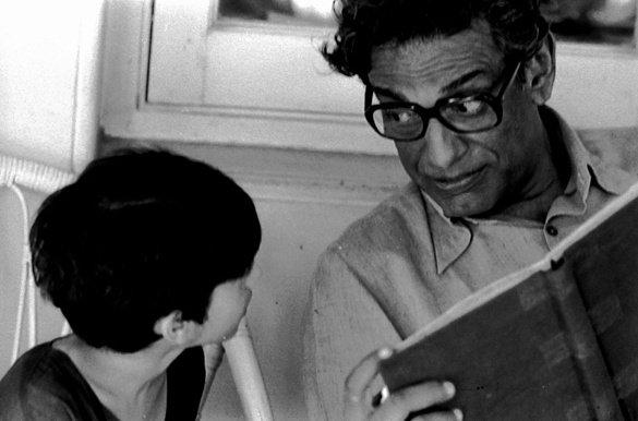 Satyajit Ray with actor Arjun Guha Thakurta on the sets of Pikoo (1980)