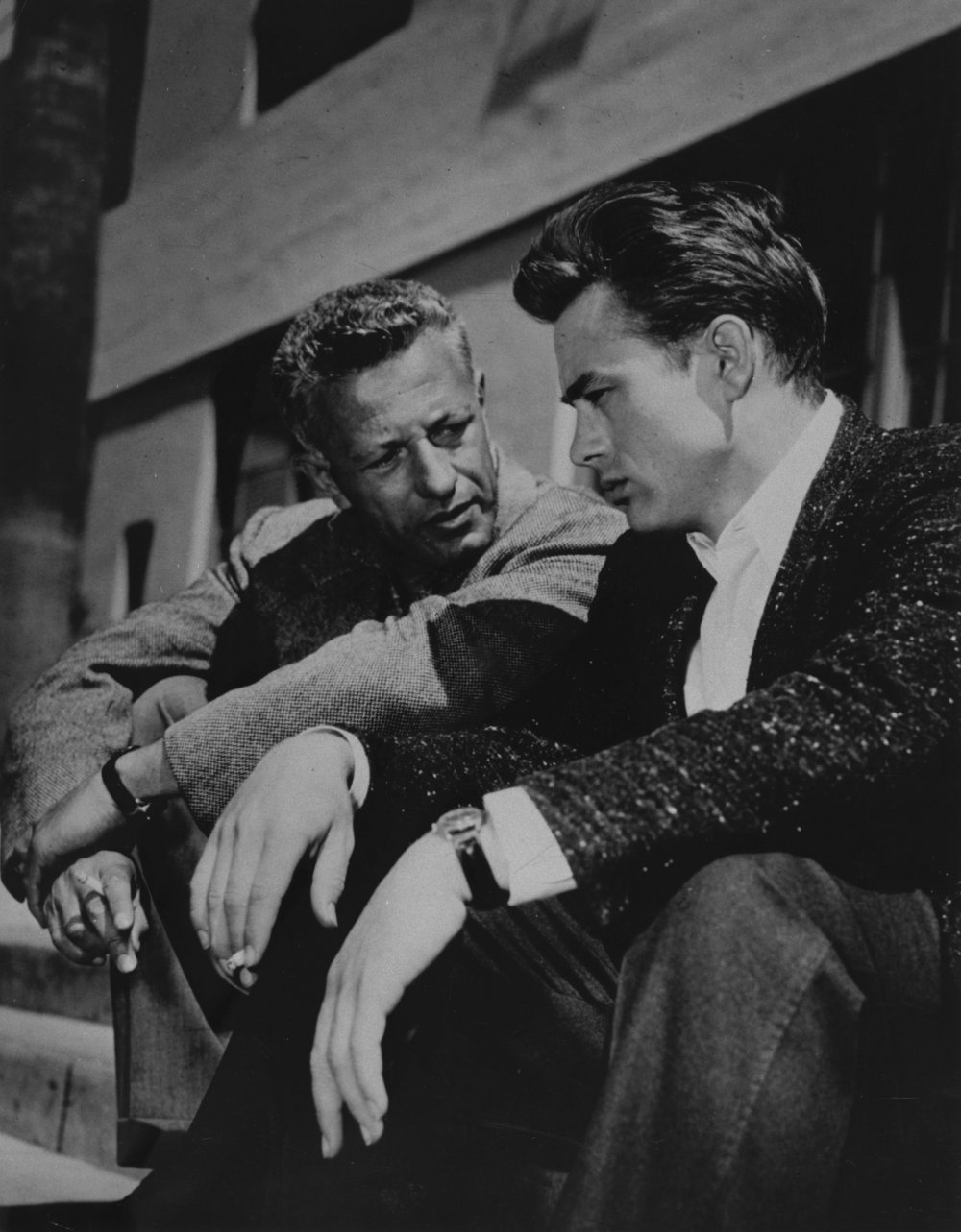 An on-location cigarette and a chat between Nicholas Ray and James Dean