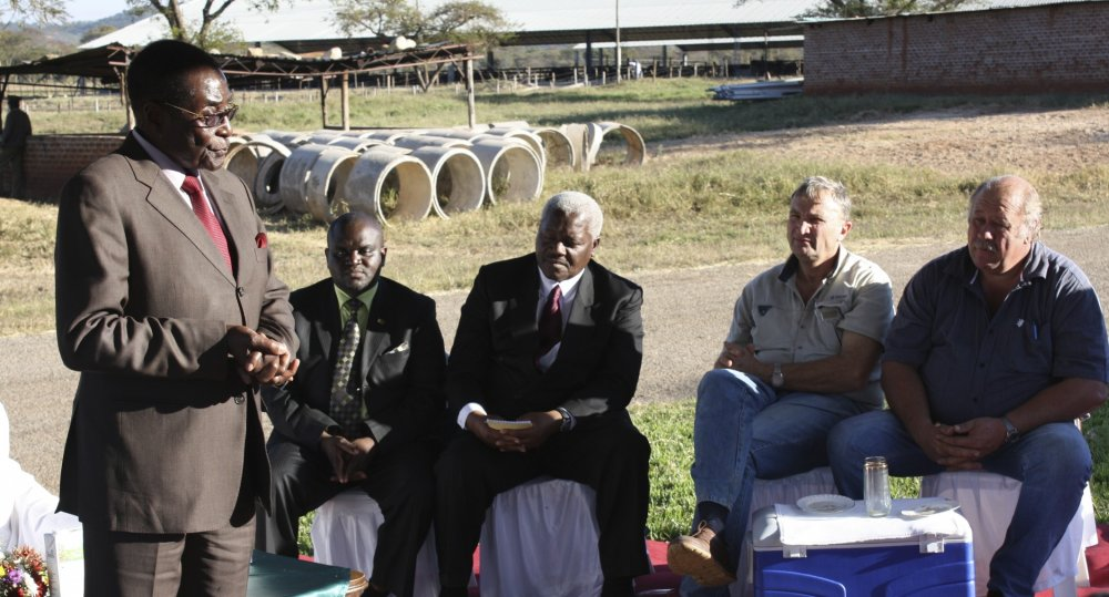 Mugabe addressing farmers at dairy farm