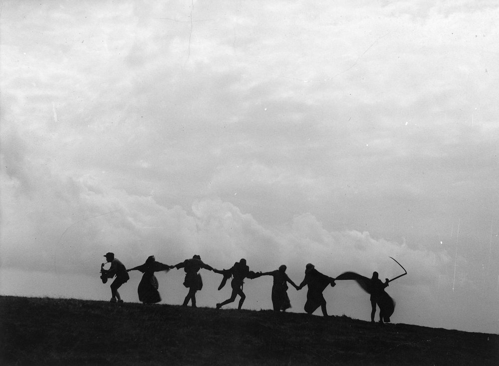 seventh-seal-1957-001-dance-of-death-00m