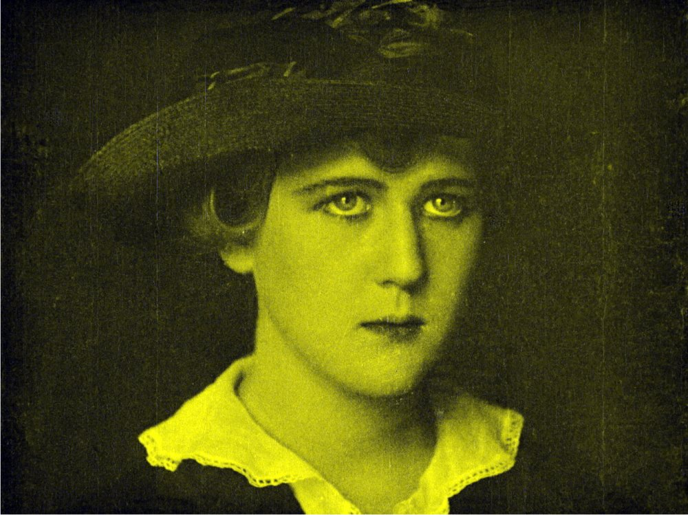 Mary McLaren in Shoes (1916)