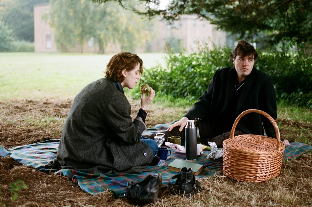 Honor Swinton Byrne as Julie and Tom Burke as Anthony in The Souvenir