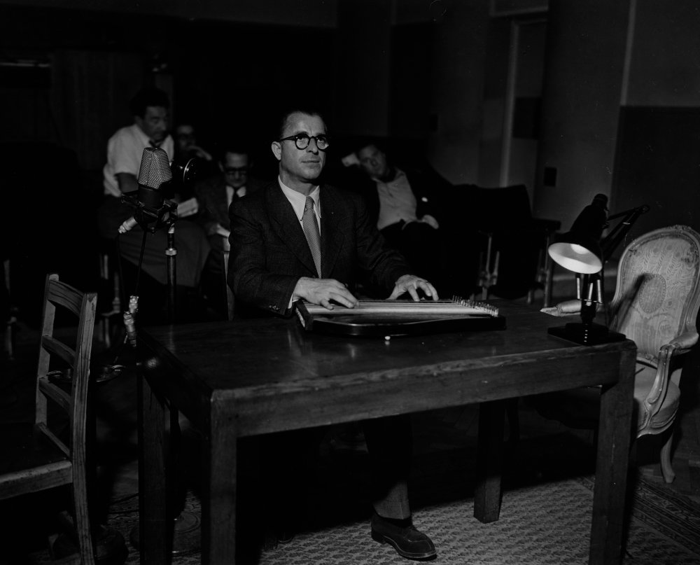 Anton Karas plays his zither while watching a specially marked copy of The Third Man (1949) that indicates to the musician when he should start and finish his playing