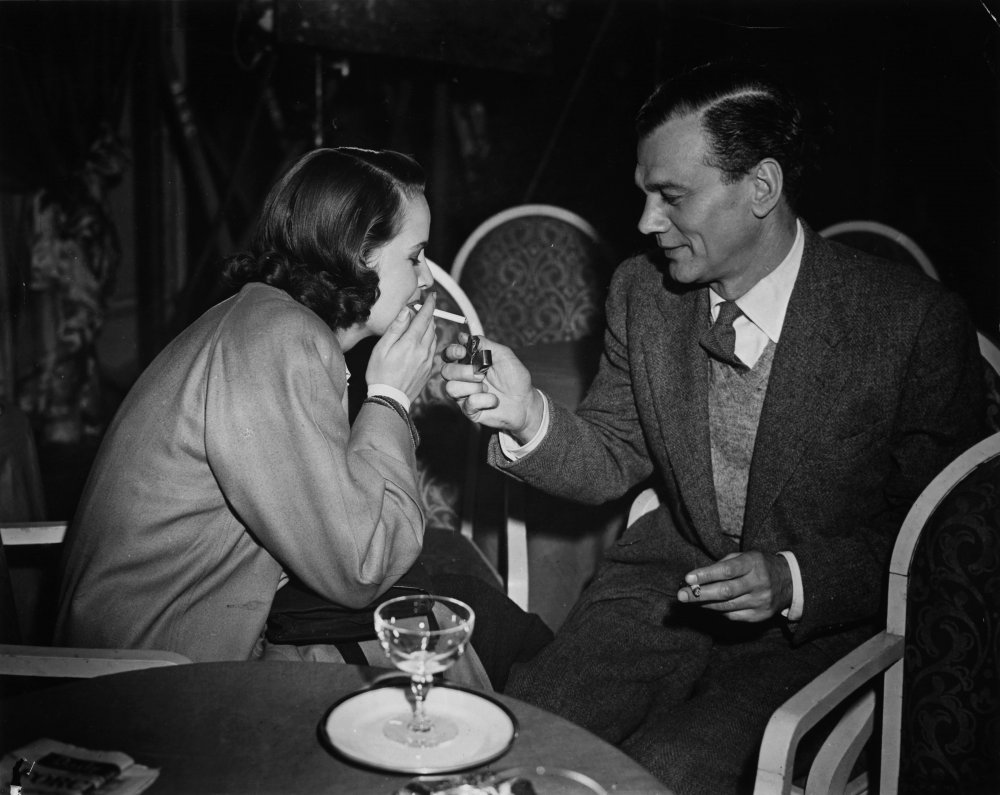 Joseph Cotten (playing pulp author Holly Martins) lights a cigarette for Alida Valli (playing Lime's girlfriend Anna Schmidt) between takes