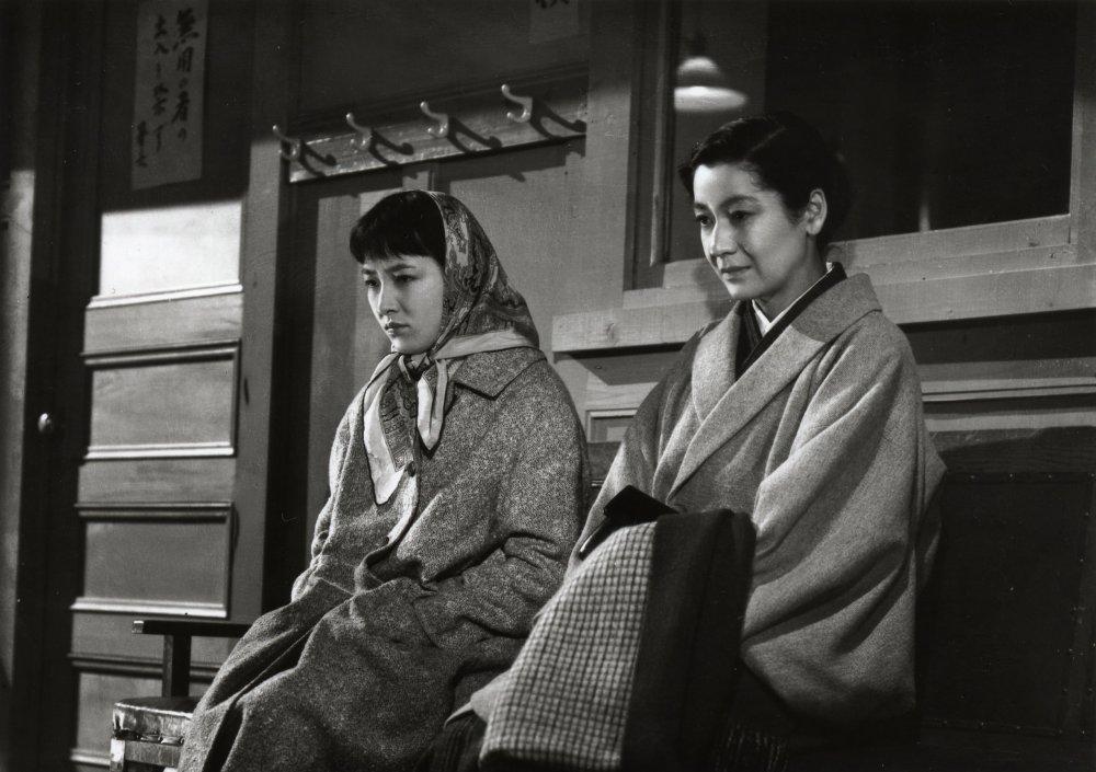 Arima Ineko and Hara Setsuko in Ozu Yasujiro's Tokyo Twilight (Tokyo boshoku, 1957)
