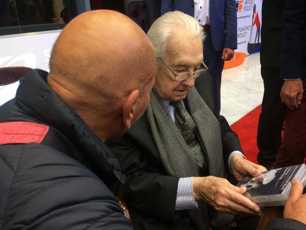 Andrzej Wajda receiving British DVDs of his films at the Polish premiere of his final film, Afterimage (2016), from their distributor Mehelli Modi