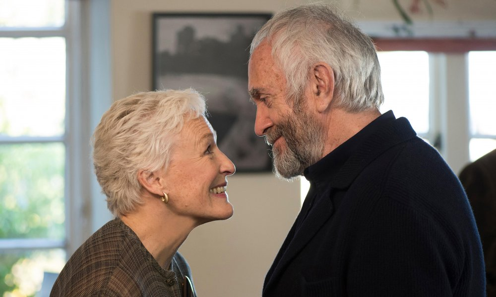 Glenn Close as Joan Castleman and Jonathan Pryce as Professor Joseph Castleman in The Wife