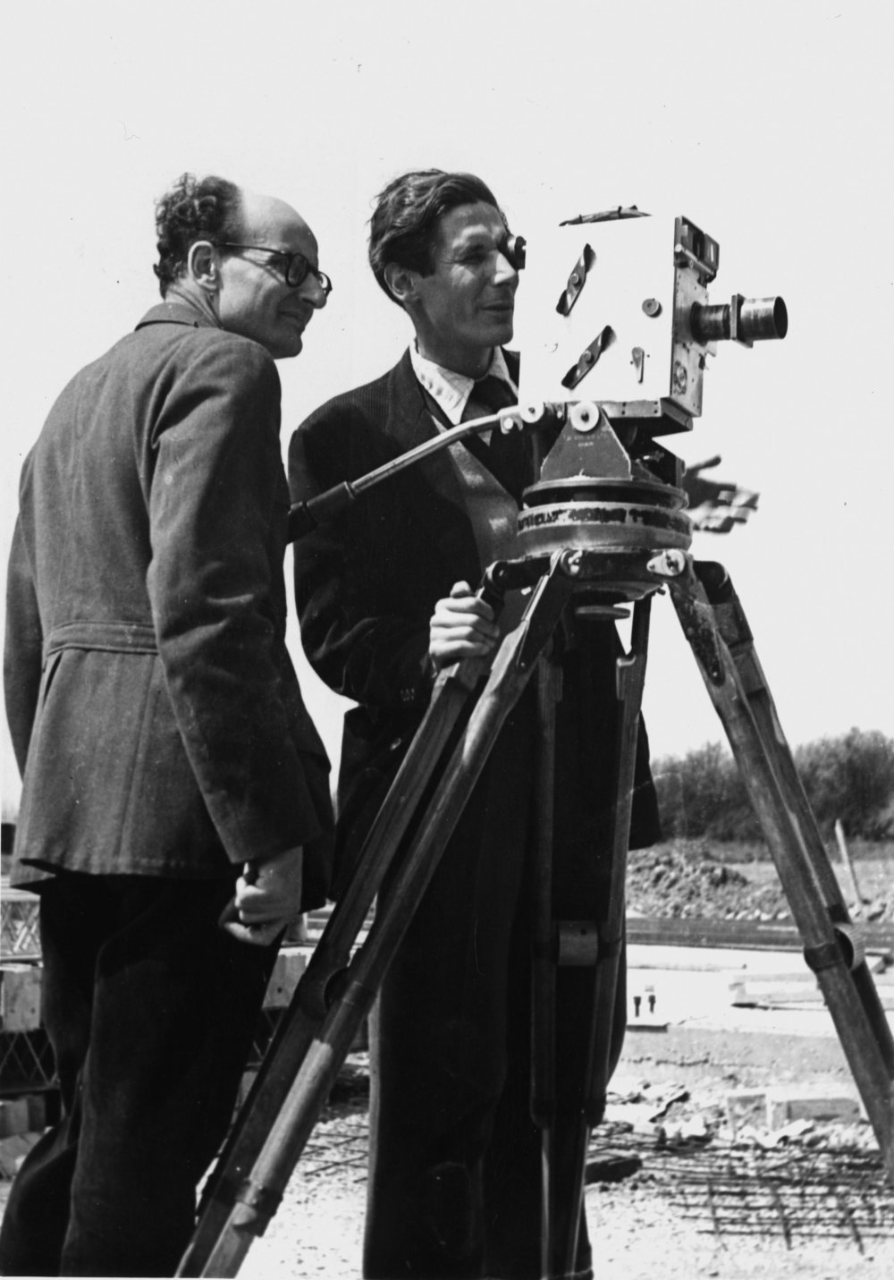 Wolfgang Suschitzky (left) on a Mining Review shoot, with director Francis Gysin (who was later series producer), standing behind the legendary Newman Sinclair camera